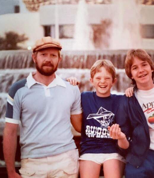 Le petit garçon du milieu, c'est Neil Patrick Harris, il est apparu sur le petit écran en incarnant le Dr Doogie de 1989 à 1993.