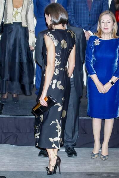 La reine Letizia d'Espagne fait son petit effet avec ce look très étudié.