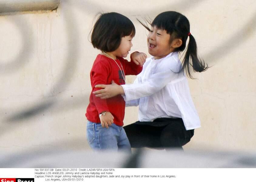 Jade Hallyday heureuse de jouer avec sa petite sœur Joy, adoptée comme elle au Vietnam. Ici en 2010.