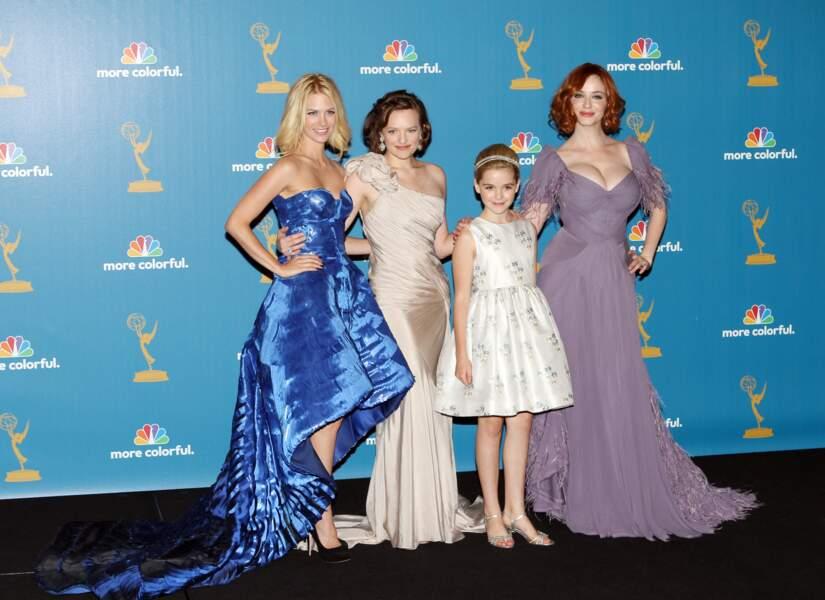 Kiernan Shipka  est une véritable enfant star. Elle est révélée par le rôle de Sally Draper dans la série  Mad Men. Elle pose ici en 2010 avec January Jones, Elisabeth Moss et Christina Hendricks.