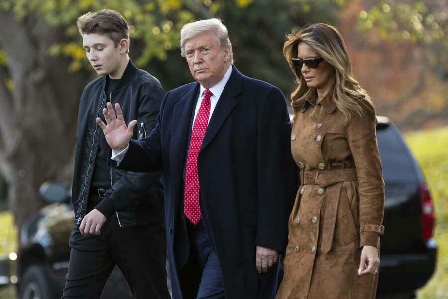 Melania Trump très élégante avec un manteau en daim au côté de son époux Donald et de leur fils Barron
