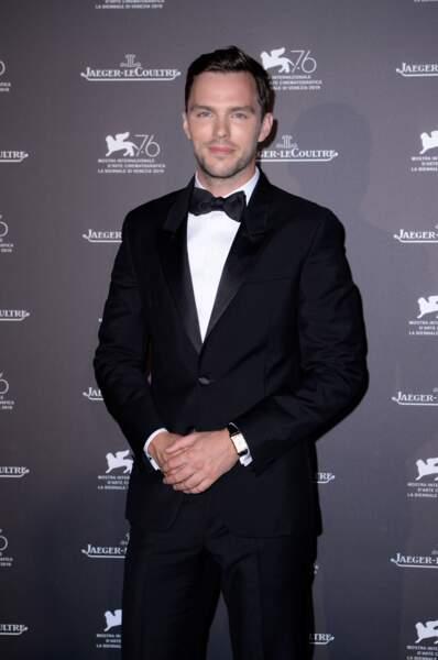 Nicholas Hoult s'est réellement démarqué suite à son rôle emblématique de Tony dans Skins. Il a joué récemment dans X-Men, MadMax ou encore Tolkien.