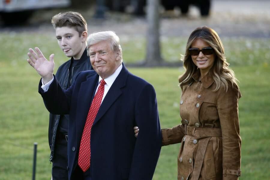 Barron Trump au côté de ses parents pour leur départ en Floride pour Thanksgiving