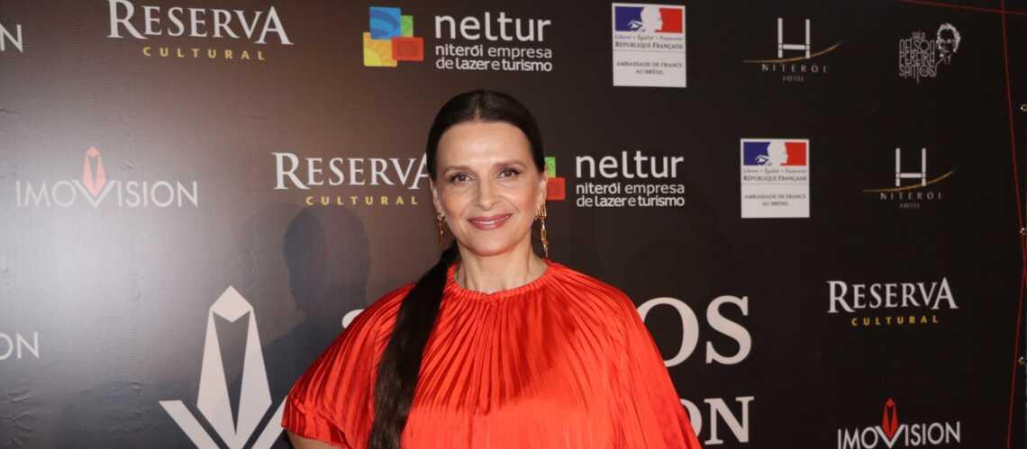 PHOTOS – Juliette Binoche renversante en top et jupe plissée rouge flashy à Rio
