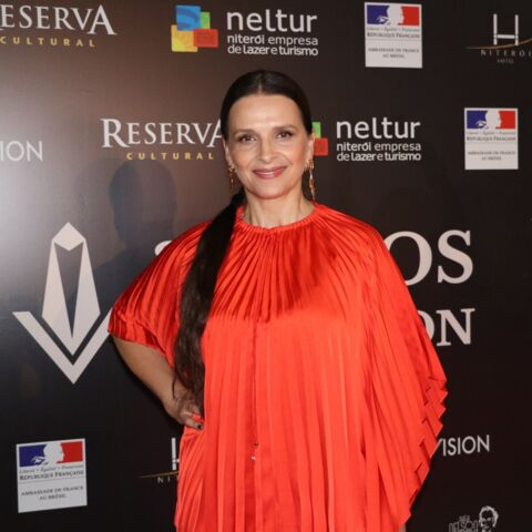 PHOTOS – Juliette Binoche renversante en top et jupe plissée rouge flashy  à Rio