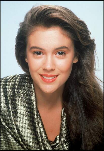 Alyssa Milano en 1992.  À l'âge de huit ans, elle intègre la comédie musicale, Annie. Puis, elle décroche un rôle en 1983 dans Madame est servie. C'est le rôle qui la rend célèbre.