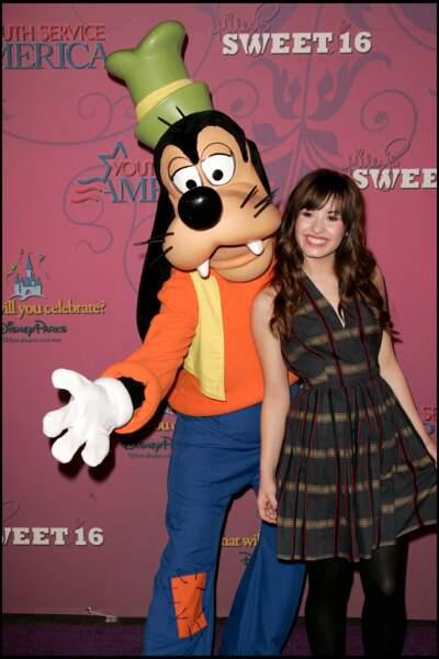 Demi Lovato lors du 16e anniversaire de son amie, Miley Cyrus. L'actrice fait ses débuts très jeune, en jouant dans la série Barney en 2002. Elle se fait connaître en 2008 en jouant le rôle principal dans le téléfilm de Disney Channel Camp Rock.