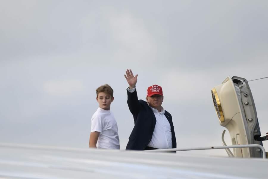 Donald Trump et son fils Barron montent dans l'avion au retour de Mar-a-Lago
