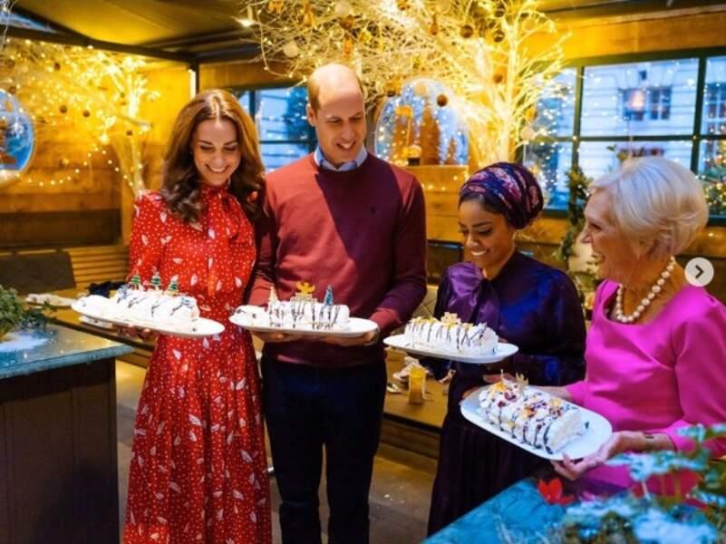 Kate Middleton étonne dans cette robe rouge flashy en soie à l'imprimé blanc à poijs lors de son passage dans l'émission de cuisine «A Berry Royal Christmas» ce 29 novembre 2019. Une robe de l'une de ses créatrices fétiches, Alessandra Rich que portait déjà l'actrice Leighton Meester en mars 2019.