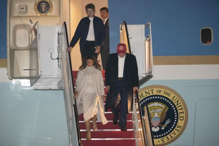 Melania Trump élégante à sa descente d'avion avec un manteau crème
