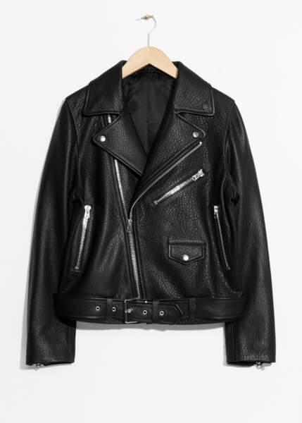 La veste en cuir noir façon biker, & Other Stories, 395€.