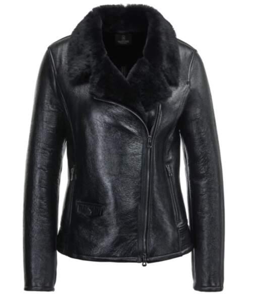 La veste façon motard en cuir de nappa noir brillant avec son col à revers doublé en fourrure, Madeleine, 779€.