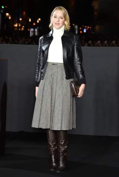 Ludivine Sagnier casse son ensemble en jupe plissée très néo-bourgeoise avec un blouson western en cuir signé Celine.