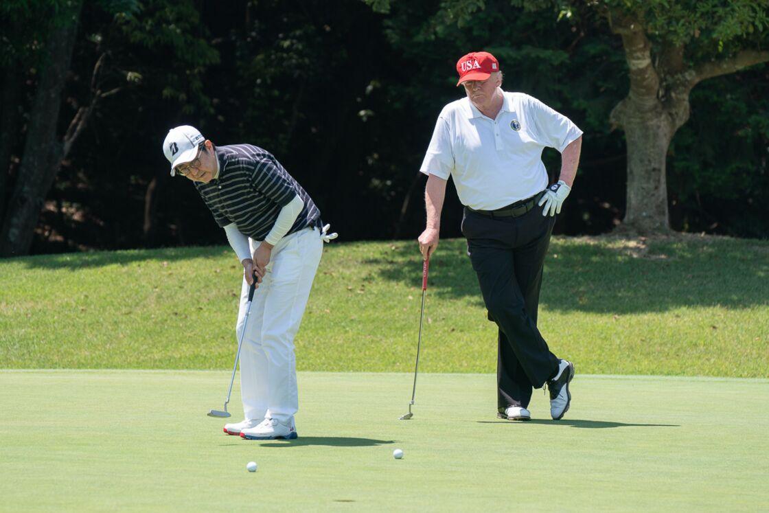 Le présidet américain Donald Trump joue au golf avec le premier ministre japonais Shinzo Abe à Tokyo le 26 mai 2019.