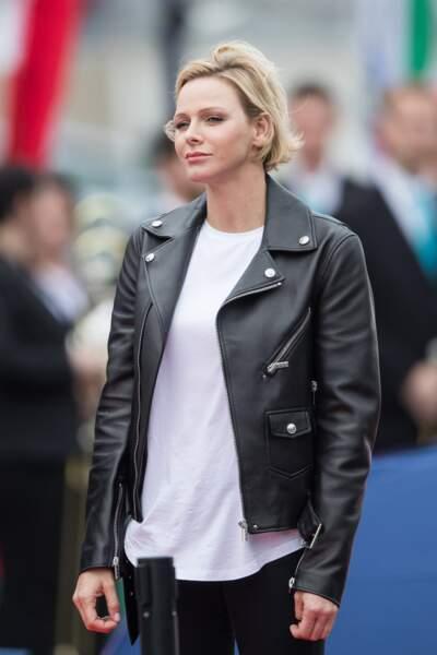 La princesse Charlène de Monaco rock et chic dans une veste perfecto à la coupe classique.