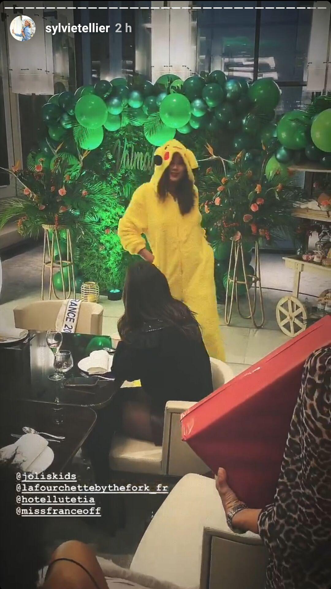 Lors de son anniversaire surprise, Vaimalama Chaves a notamment reçu une combinaison et des chaussons à l'effigie de Pikachu.