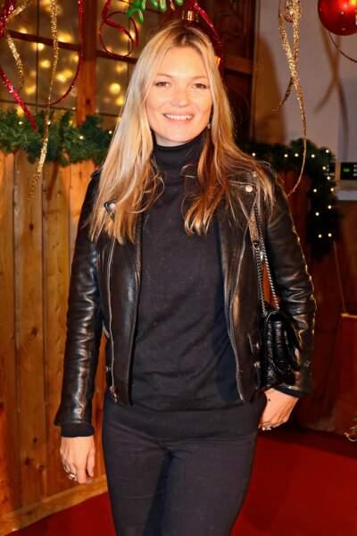Kate Moss, la brindille toujours accompagnée de son indispensable mode : une veste perfecto en cuir brillant.