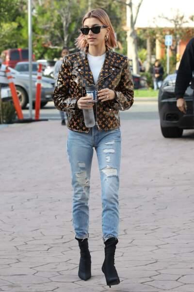 Hailey Baldwin ose une veste en cuir audacieuse ornée du célèbre monogramme LV (Louis Vuitton).