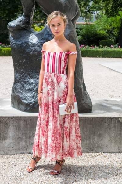 Elégante et raffinée, Amelia Windsor prend la pose dans une longue robe vaporeuse à l'imprimé toile de jouy de la maison Dior, à Paris, le 2 juillet 2018.