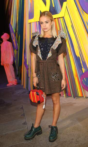 Amelia Windsor mixe la très tendance robe courte en tweed avec une paire de bottines basses façon Dr.Martens.