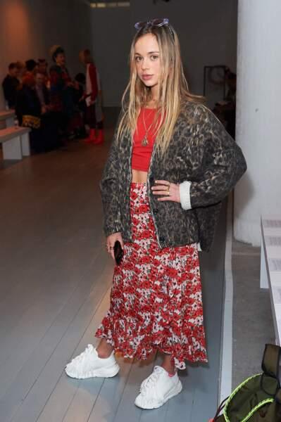 Amelia Windsor ose un look audacieux en jupe midi à l'imprimé coquelicot décalée avec un chandail oversize léopard.