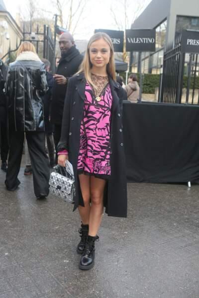 Amelia Windsor ose la mini-robe rose flashy imprimé tigré et au très sexy décolleté en dentelle décalée à une paire de bottines en cuir et un incontournable trench-coat noir.