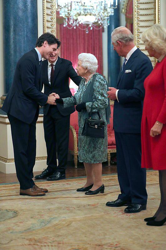 Elizabeth II salue Justin Trudeau lors de la soirée anniversaire des 70 ans de l'OTAN