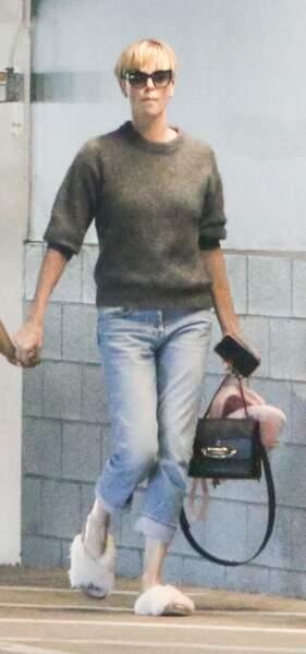 Pour sa vie quotidienne, Charlize Theron choisit The Story Bag de Alexander McQueen.