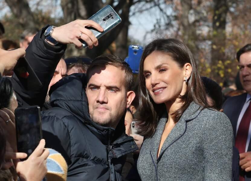 Souriante et généreuse, Letizia d'Espagne n'a pas hésité à poser le temps de quelques selfies.