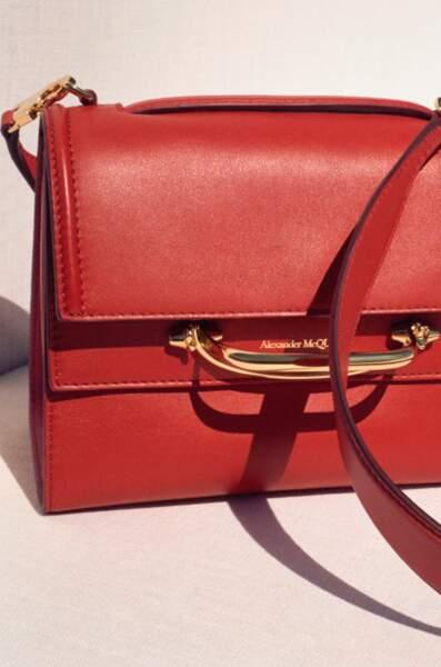 En rouge, blanc, khaki, rose ou noir, The Story Bag de Alexander McQueen séduit tous les styles. Un sac indispensable !