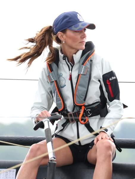 Elle ressemble plus à une grande navigatrice qu'à une future reine avec sa casquette et ses cheveux au vent le 8 août 2019.