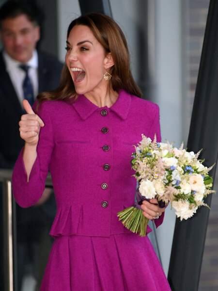 Kate Middleton porte de plus en plus souvent des couleurs flashy comme cet ensemble fuchsia qui lui va à merveille le vendredi 15 novembre, à Norwich dans le Norfolk.
