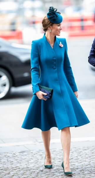 Le changement de style est timide mais commence à se remarquer. Le 25 avril 2019, Kate Middleton ose un bleu canard qui semble être porté à même la peau.