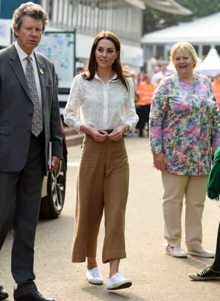 En baskets et jupe culotte, Kate Middleton casse son image si classique.
