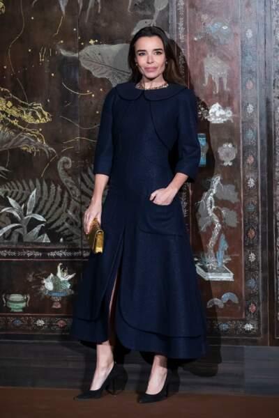 Elodie Bouchez très chic dans une longue robe au col Claudine bleu marine légèrement fendue sur le devant