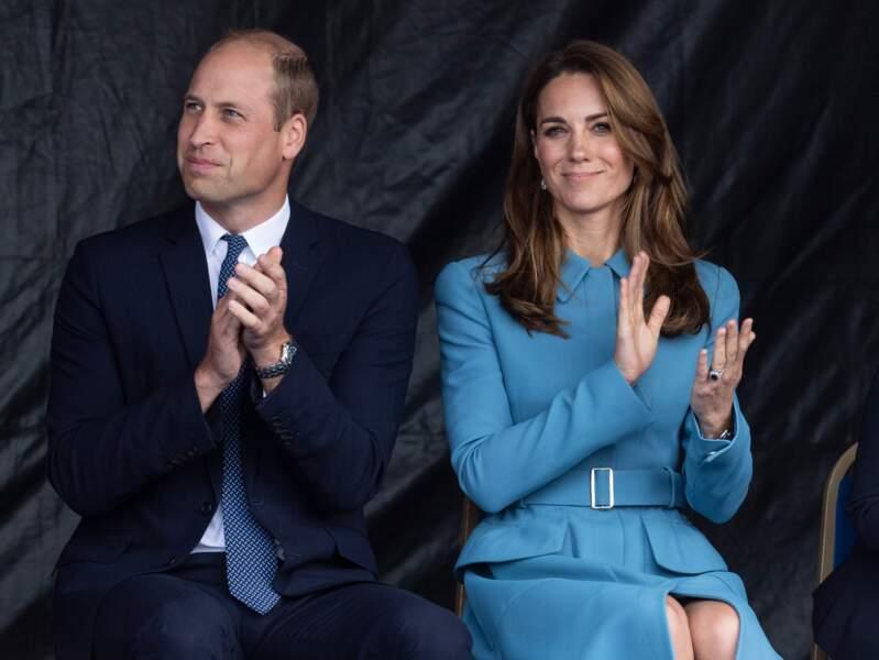 26 septembre 2019 : Kate Middleton élégante en bleu avec le prince William, mais a sensiblement raccourci ses robes et manteaux et montre ses jambes.
