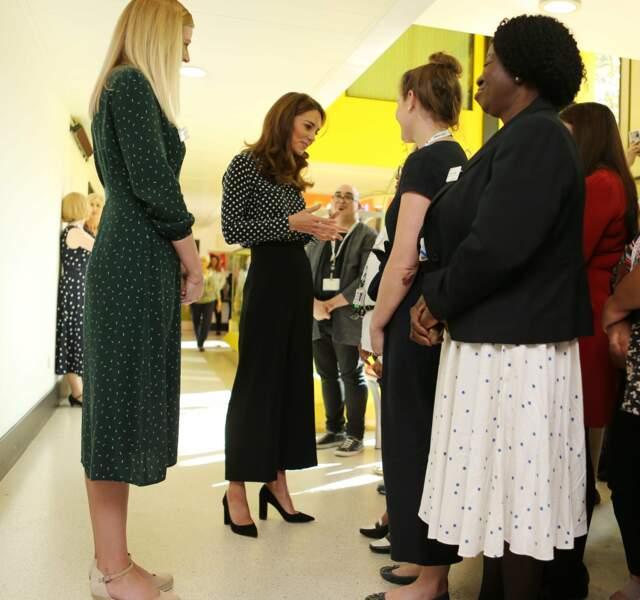 Le 19 septembre 2019, Kate Middleton mixe chemiser à pois et jupe culotte, un look branché.