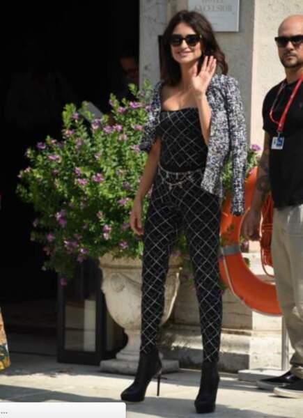 Penelope Cruz sexy dans une combinaison moulante griffée Chanel.