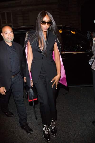 Naomi Cambell adopte The Story Bag de Alexander McQueen avec ses looks les plus élégants.