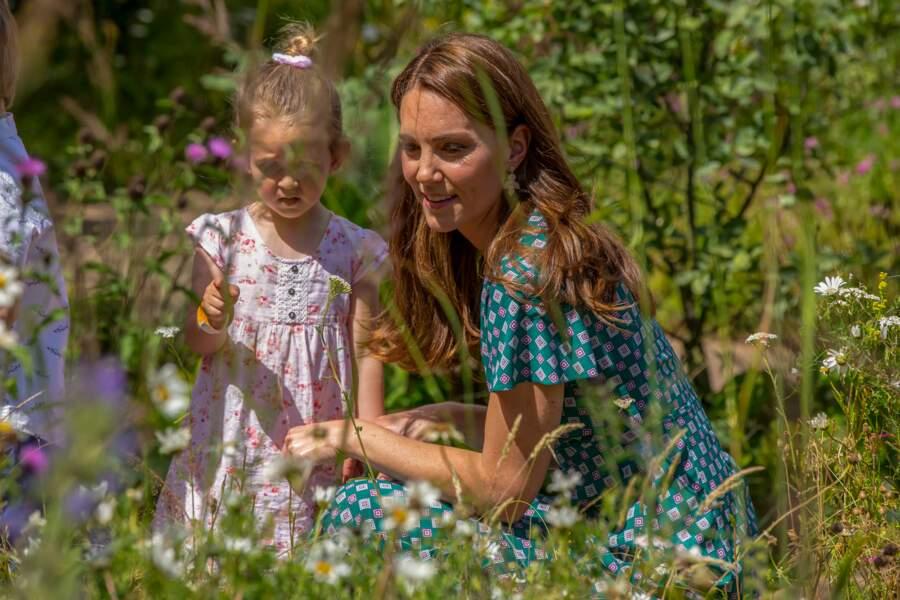 Comme l'icône de mode Letizia d'Espagne, Kate Middleton adopte la robe Sandro, pour la première fois.