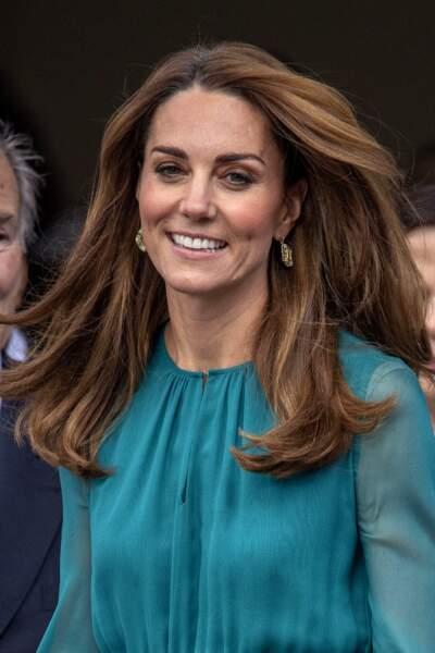 Un brushing new style, des mèches caramel qui ont fait s'emballer les fashionista sur sa nouvelle couleur de cheveux : Kate Middleton ose la colo tendance et cela lui va bien ! ici le 2 octobre 2019, juste avant le voyage au Pakistan.