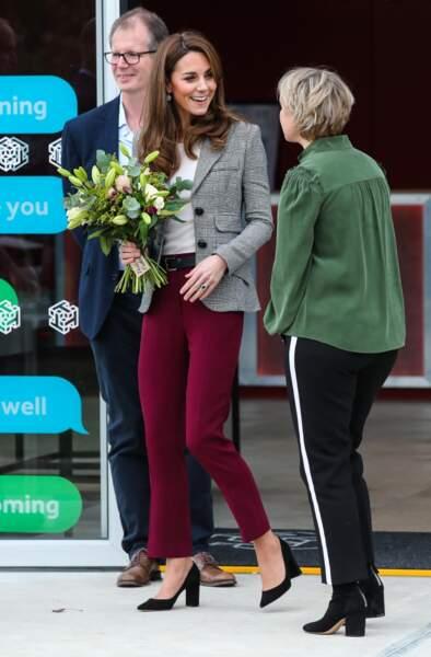 en plus de la veste de blazer, Kate Middleton porte aussi un pantalon rouge, bien plus tendance que ses slim noir.