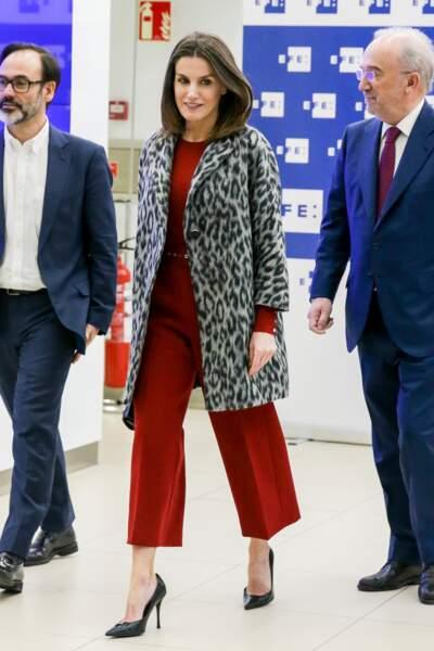 Letizia d'Espagne glamour dans une combinaison 7/8ème rouge vif cachée sous son manteau long léopard.