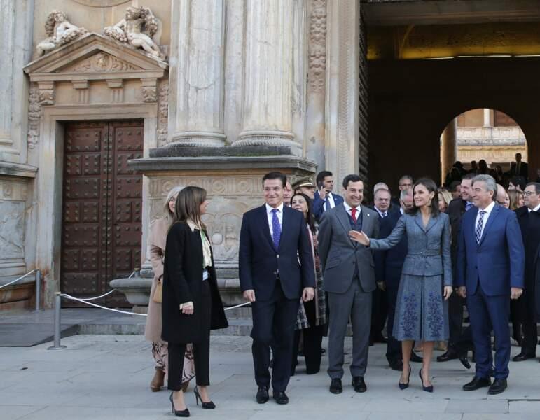 La reine Letizia d'Espagne quitte l'inauguration de l'exposition «La Granada Ziri et l'universo Bereber» à Grenade le 5 décembre 2019.