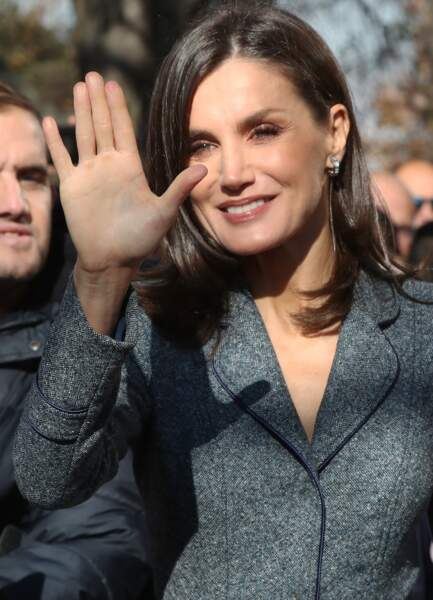 Letizia d'Espagne rayonnante avec une mise en beauté lumineuse et les cheveux parfaitement lissés.