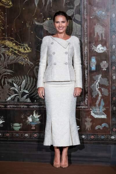 Virginie Ledoyen angélique dans une ensemble en tweed gris perlé.