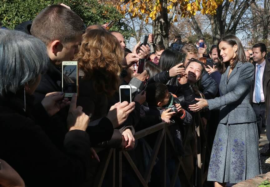 La reine Letizia d'Espagne profite de sa visite à Grenade pour partage quelques instants et selfies avec les habitants.
