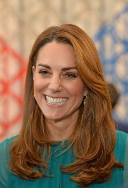 La lumière joue des tous aux photographes qui croient Kate Middleton devenue rousse ! Les médias s'emballent à nouveau sur ces reflets caramel qui changent son visage.