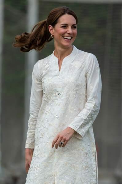 Dans son élément au Pakistan, Kate Middleton tout sourire malgré de piètres performances au cricket.