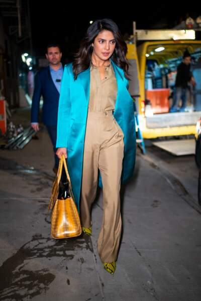 Priyanka Chopra ose une combinaison audacieuse en satin couleur cappuccino mixée avec un long manteau bleu turquoise.